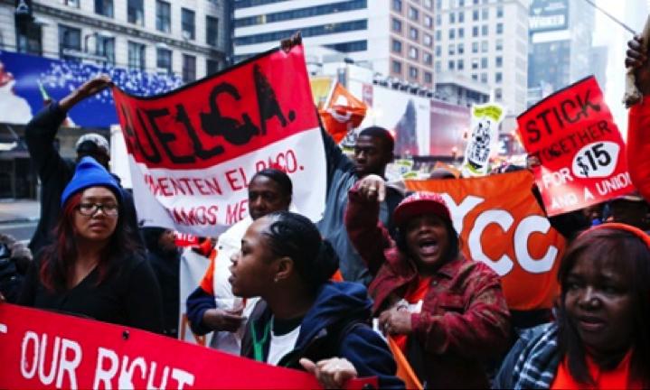 New York'ta Perşembe günü fast food işçileri restoranlarından birinin önünde McDonald's'ı protesto ediyorlar. Foto: Eduardo Munoz