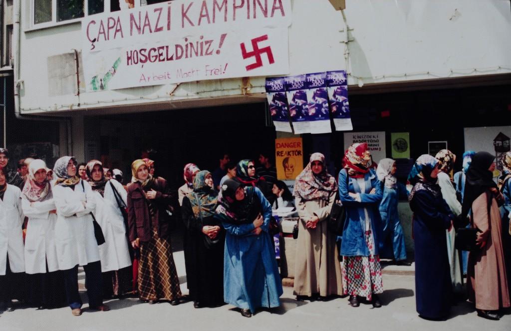 Kadın öğrenciler İstanbul Üniversitesi rektörlüğünün haksız uygulamasını protesto ederken... (14-15 Mayıs 1998 / İstanbul Üniversitesi rektörü Kemal Alemdaroğlu'nun Şubat 1998'de çıkardığı genelge üzerine başörtülü öğrencilerin üniversiteye girişi yasaklanmıştı. Çapa'lı öğrencilerin mücadelesi o dönem kampus dışına çıkabilmiş; Özgürlük için El Ele zincirinin bir halkası olabilmişti.)